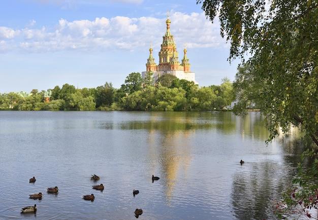 Kolonistsky park in peterhof-kathedrale der heiligen peter und paul im russischen baustil