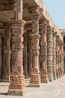 Kolonnade im qutb minar in delhi