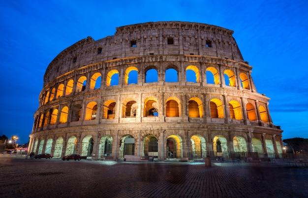 Kolosseum in rom, italien bei nacht