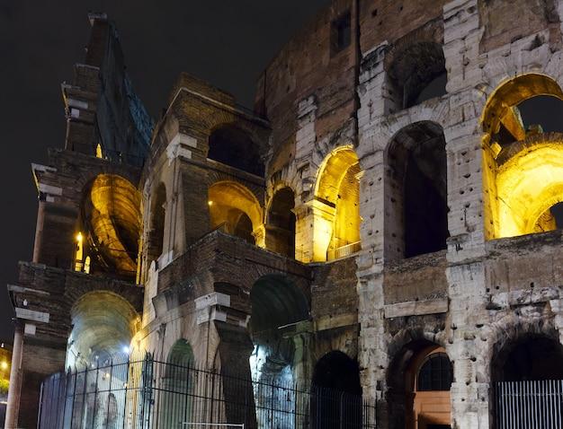 Kolosseum nachtansicht symbol des kaiserlichen roms, italien. Premium Fotos