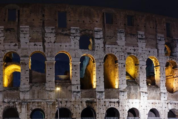 Kolosseum nachtansicht symbol des kaiserlichen roms, italien.