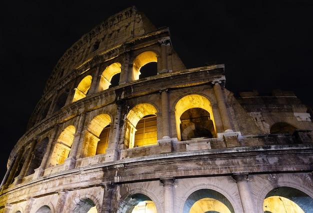 Kolosseum ruiniert nachtansicht. das symbol des kaiserlichen roms, italien