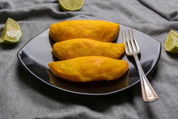 Kolumbianische empanadas, aus fleisch gemacht und in öl gebraten.