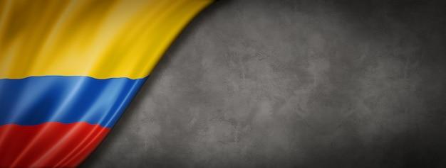 Kolumbianische flagge auf betonwandfahne