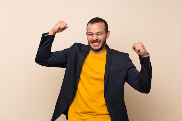 Kolumbianischer mann, der einen sieg feiert