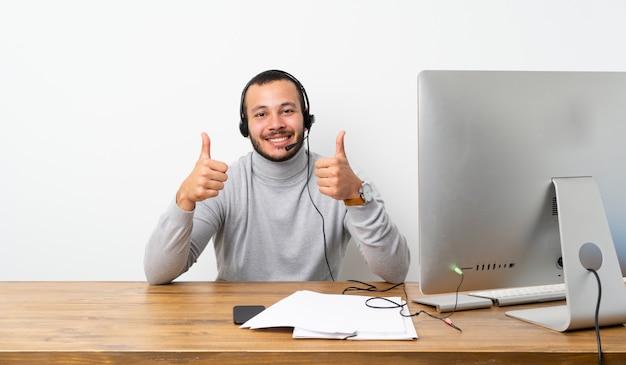 Kolumbianischer mann des telemarketers mit den daumen up geste und lächeln
