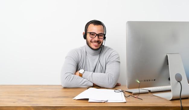 Kolumbianischer mann des telemarketers mit gläsern und dem lächeln