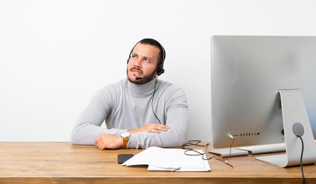 Kolumbianischer mann des telemarketers mit verwirren gesichtsausdruck