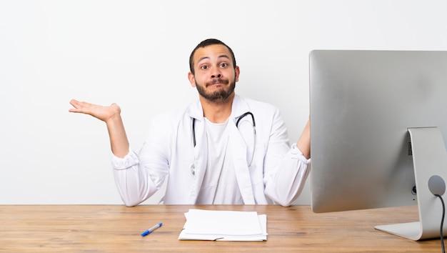 Kolumbianischer mann doktors, der zweifel beim anheben von händen hat