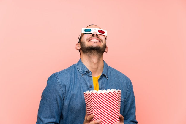 Kolumbianischer mann mit den popcorns, die oben schauen