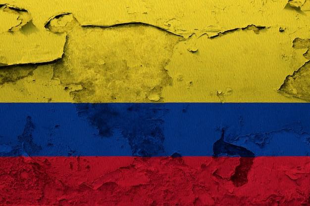 Kolumbien-flagge, die auf schmutz gemalt wurde, knackte wand