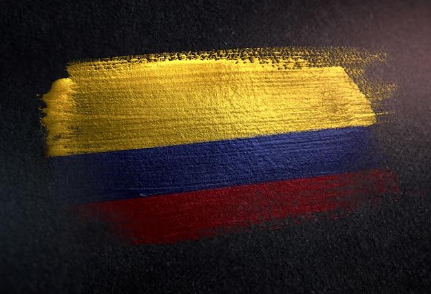 Kolumbien-flagge gemacht von der metallischen bürsten-farbe auf dunkler wand des schmutzes