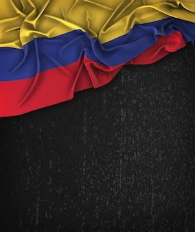 Kolumbien-flagge vintag auf einem grunge-schwarz-tafel mit raum für text