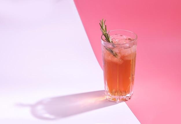Kombucha im glas mit eis und rosmarin gesundes getränk