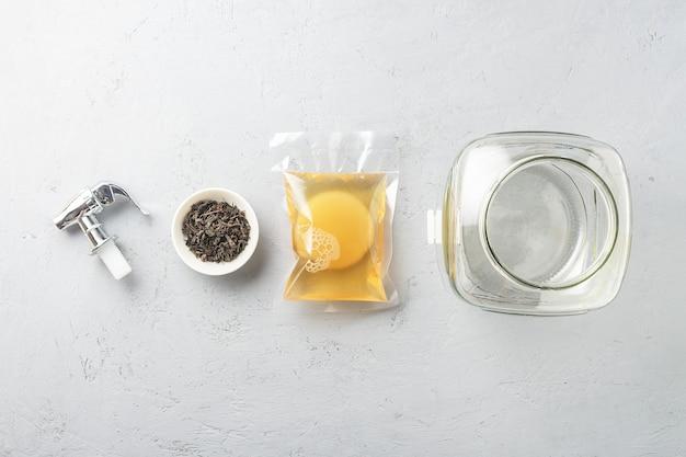 Kombucha in einer packung mit zutaten zum kochen. fermentiertes essen.