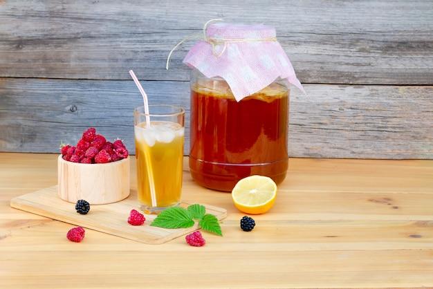 Kombucha ist ein natürliches fermentiertes getränk aus china, das viele probiotika, aminosäuren und verschiedene vitamine enthält, die der gesundheit zuträglich sind.