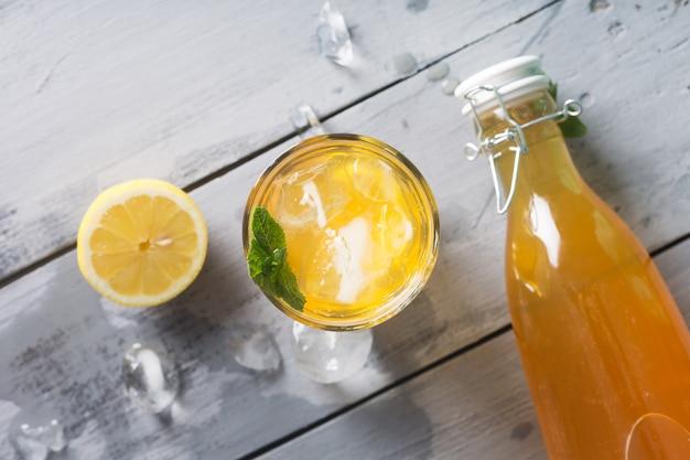 Kombucha limonade ist ein fermentiertes getränk aus tee und zitrone, das unter verwendung von kultur scoby hergestellt wird