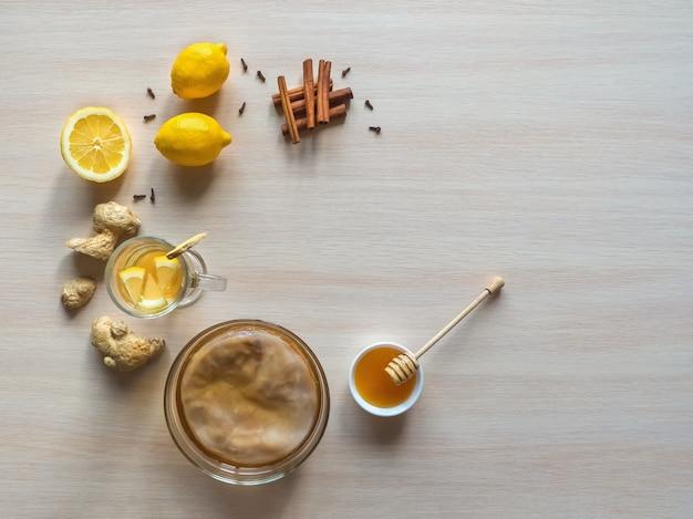 Kombucha-pilz mit ingwerwurzel, honig und zitrone.
