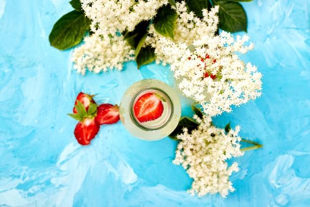 Kombucha-tee mit holunderblüten und erdbeeren