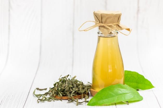 Kombucha-tee mit tiliacora triandra oder bambusgrasblatt,