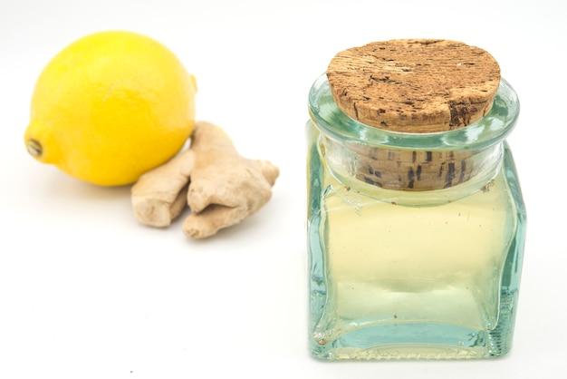 Kombucha von ingwer und zitrone im glas