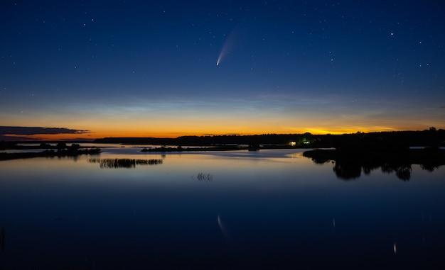 Komet c/2020 f3 (neowise) über wunderschöner landschaft in der abenddämmerung