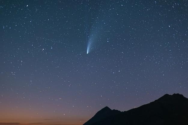 Komet neowise zwillingsschwänze leuchten am nachthimmel. teleansicht, details der zwei-sterne-trails