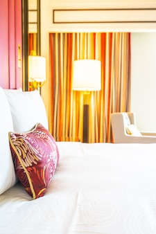 Komfortable kissen auf dem bett mit licht lampe dekoration