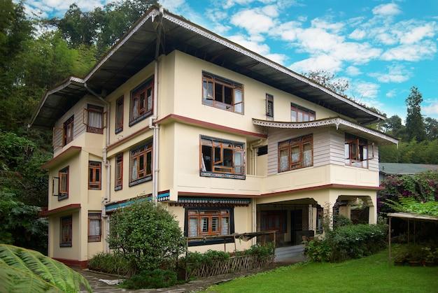 Komfortables hotel mit grünem park und garten