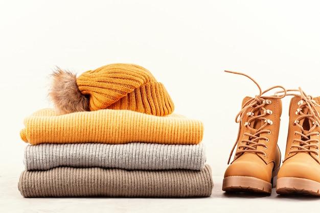 Komfortables warmes outfit für kaltes wetter. bequemer herbst, winterkleidungseinkauf, verkauf, art in der modischen farbidee