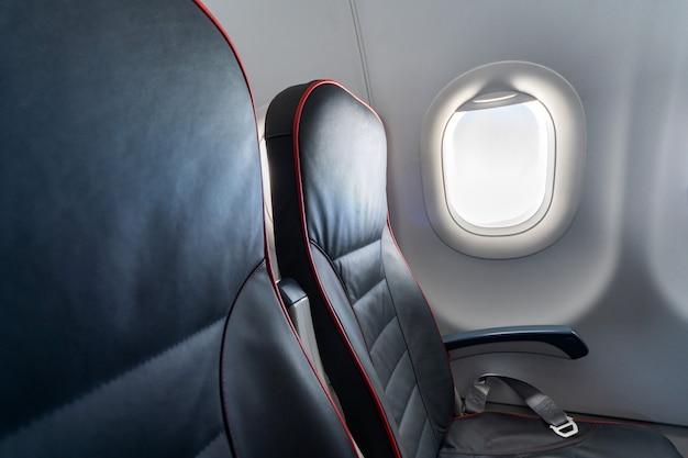 Komfortsitze der economy class ohne passagiere.