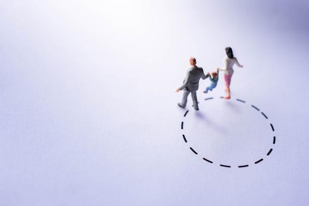 Komfortzone für kinder konzept. miniatur-figur happy family walking