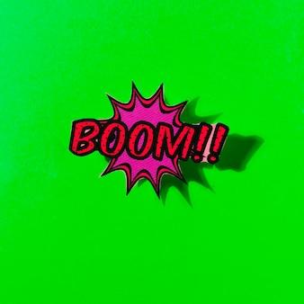 Komische boomsprache-blasenexplosion auf grünem hintergrund