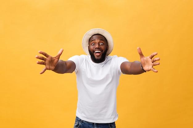Komm in meine arme. porträt des frohen freundlichen und glücklichen hübschen afroamerikanermannes