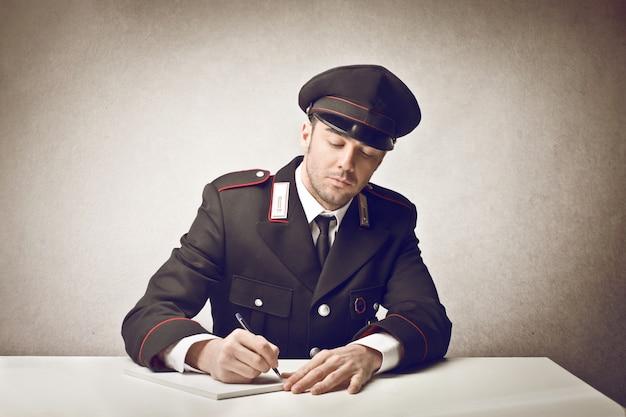 Kommandant schreibt einen brief