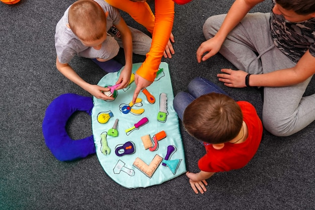 Kommandospiel für kinder suchformen entsprechen den profilwerkzeugen. jungen teamwork