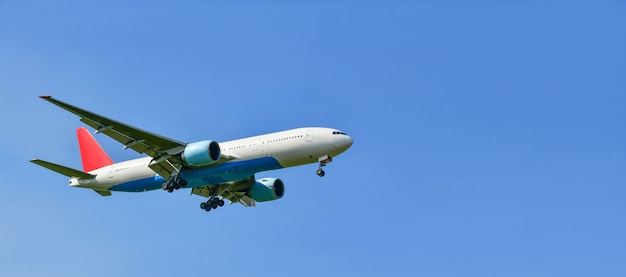 Kommerzielles flugzeug lokalisiert auf einem blauen himmel, kopienraum