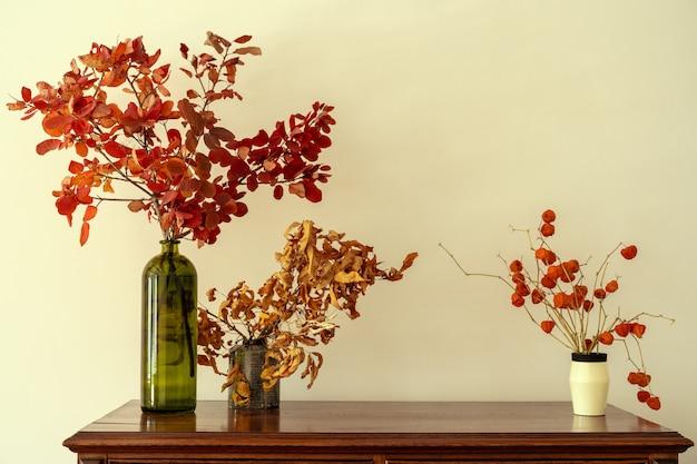 Kommode aus holz mit floralen zweigen in der vase