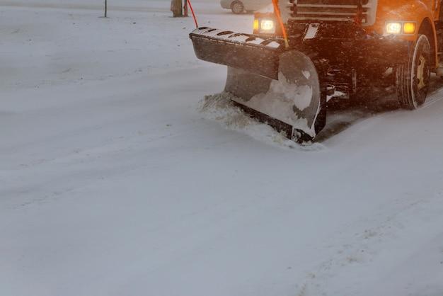 Kommunale ausrüstung, die im winter schnee im freien entfernt, um straßen zu reinigen