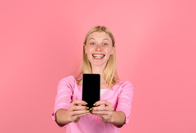 Kommunikations- und technologiekonzept lächeln mädchen mit handy black friday cyber monday