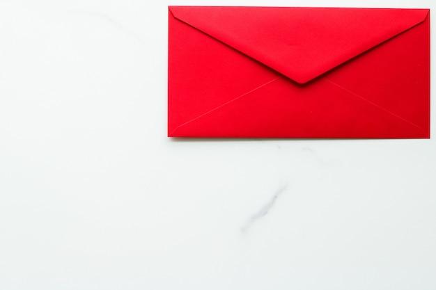 Kommunikationsnewsletter und geschäftskonzeptumschläge auf marmorhintergrundnachricht