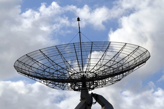 Kommunikationsradar auf einem bewölkten himmel