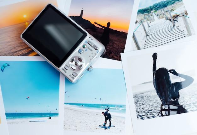 Kompakte alte digitalkamera mit fotos vom letzten sommer am strand