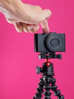 Kompakte digitalkamera bereit zum vloggen.