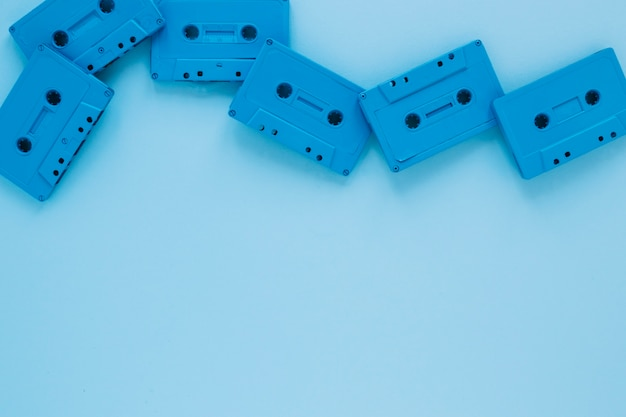 Kompakte kassetten auf blau