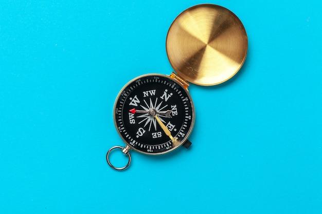 Kompass auf blau Premium Fotos