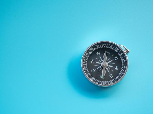 Kompass auf blauem hintergrund