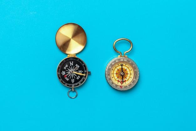 Kompass auf blauer, draufsicht Premium Fotos
