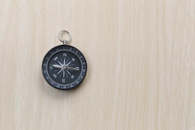 Kompass auf dem braunen holzfußboden.