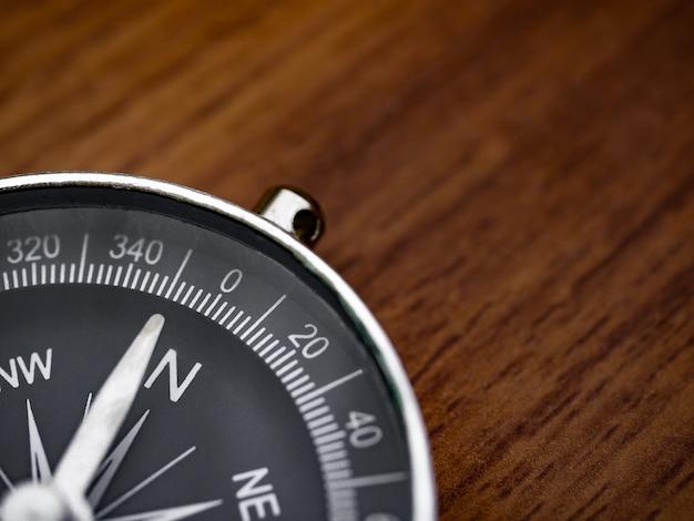 Kompass auf dem braunen holztisch